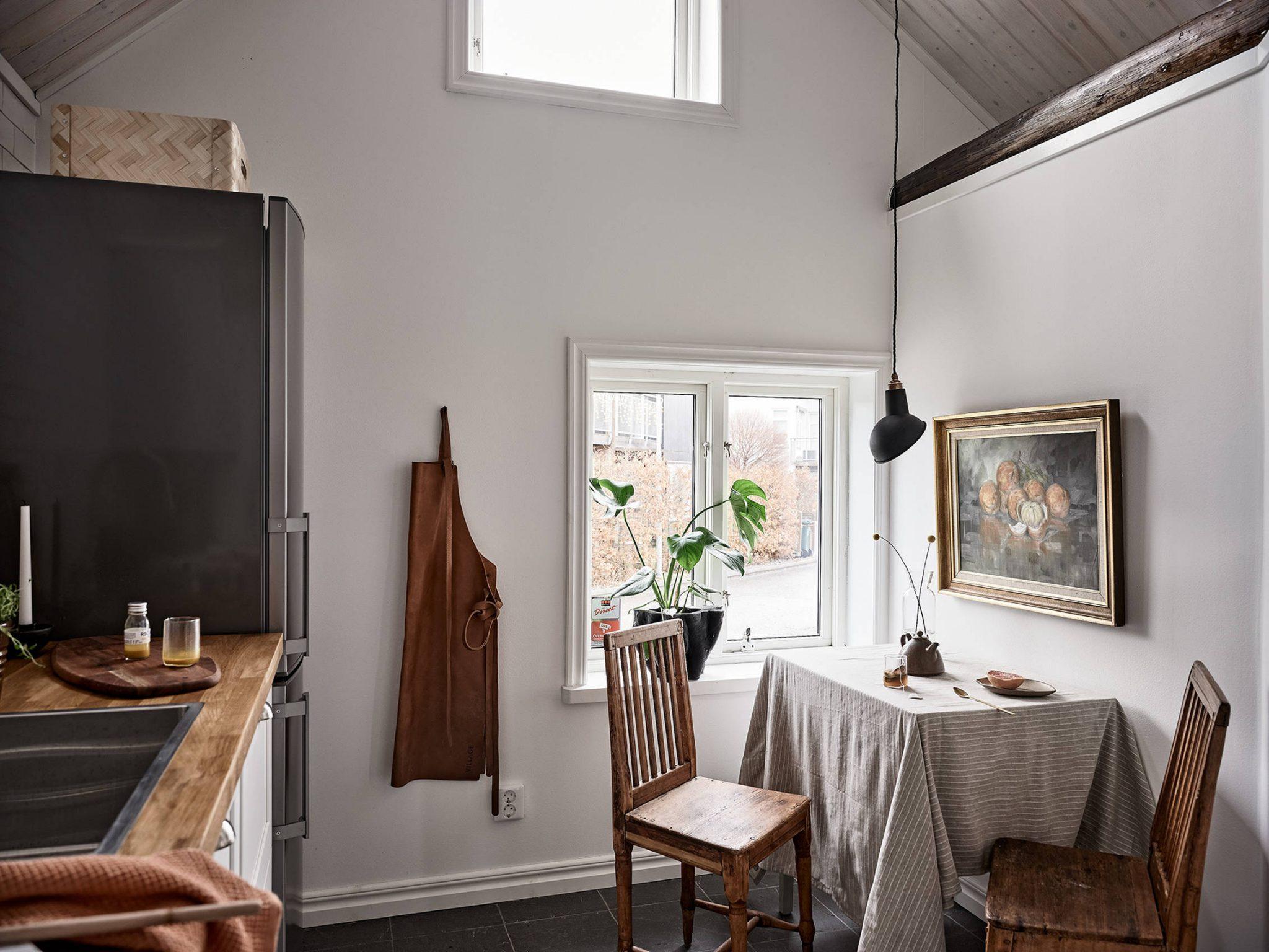 Tavan înclinat și decor rusti scandinav într o casă din Suedia 15