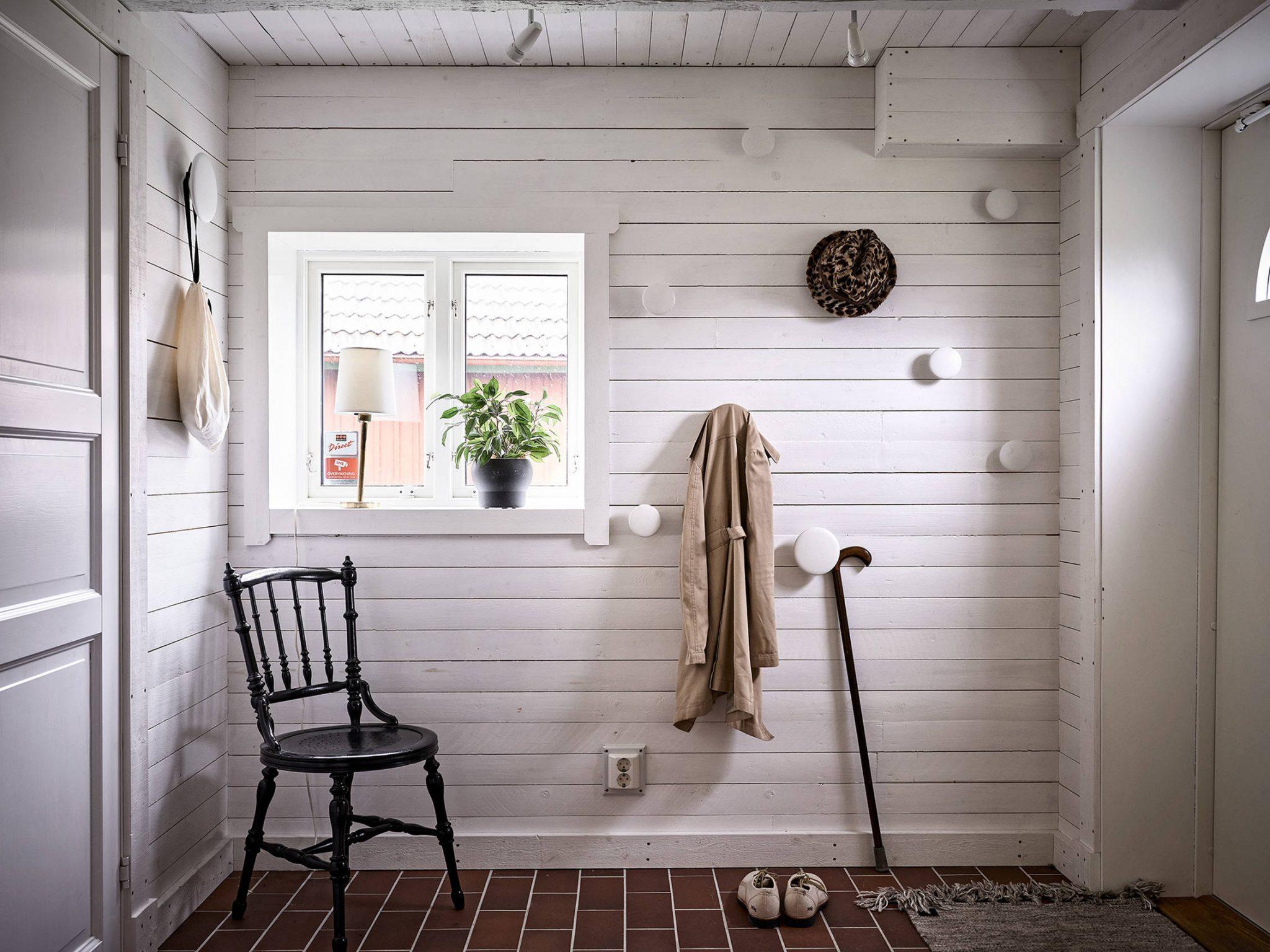 Tavan înclinat și decor rusti scandinav într o casă din Suedia 18