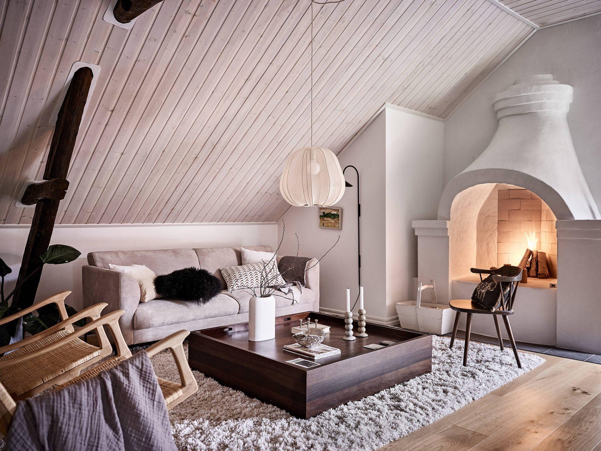Tavan înclinat și decor rusti scandinav într o casă din Suedia 2