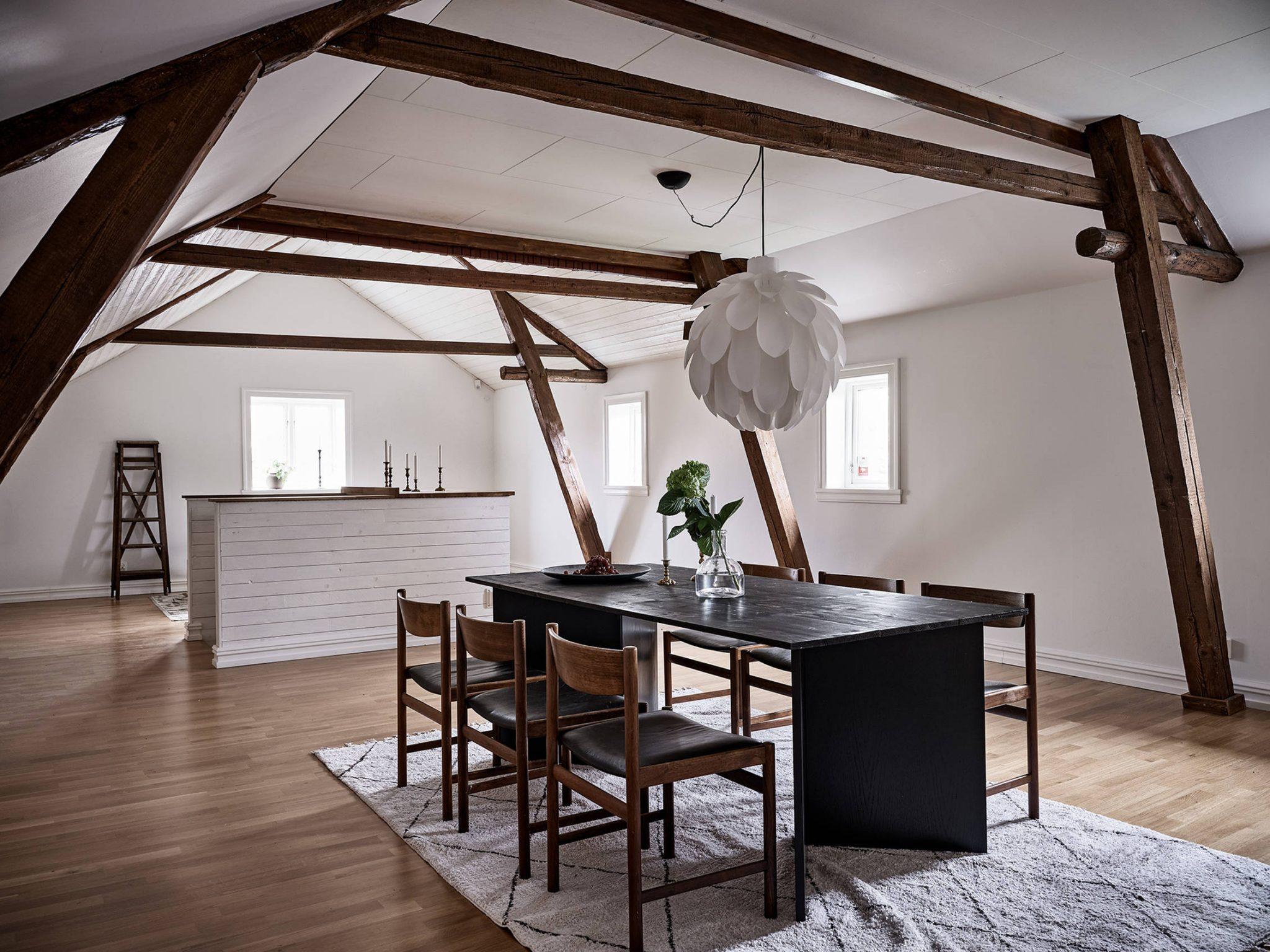 Tavan înclinat și decor rusti scandinav într o casă din Suedia 20