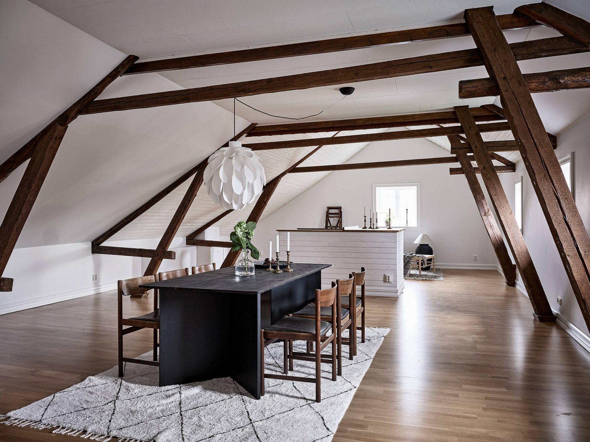 Tavan înclinat și decor rusti scandinav într o casă din Suedia 21