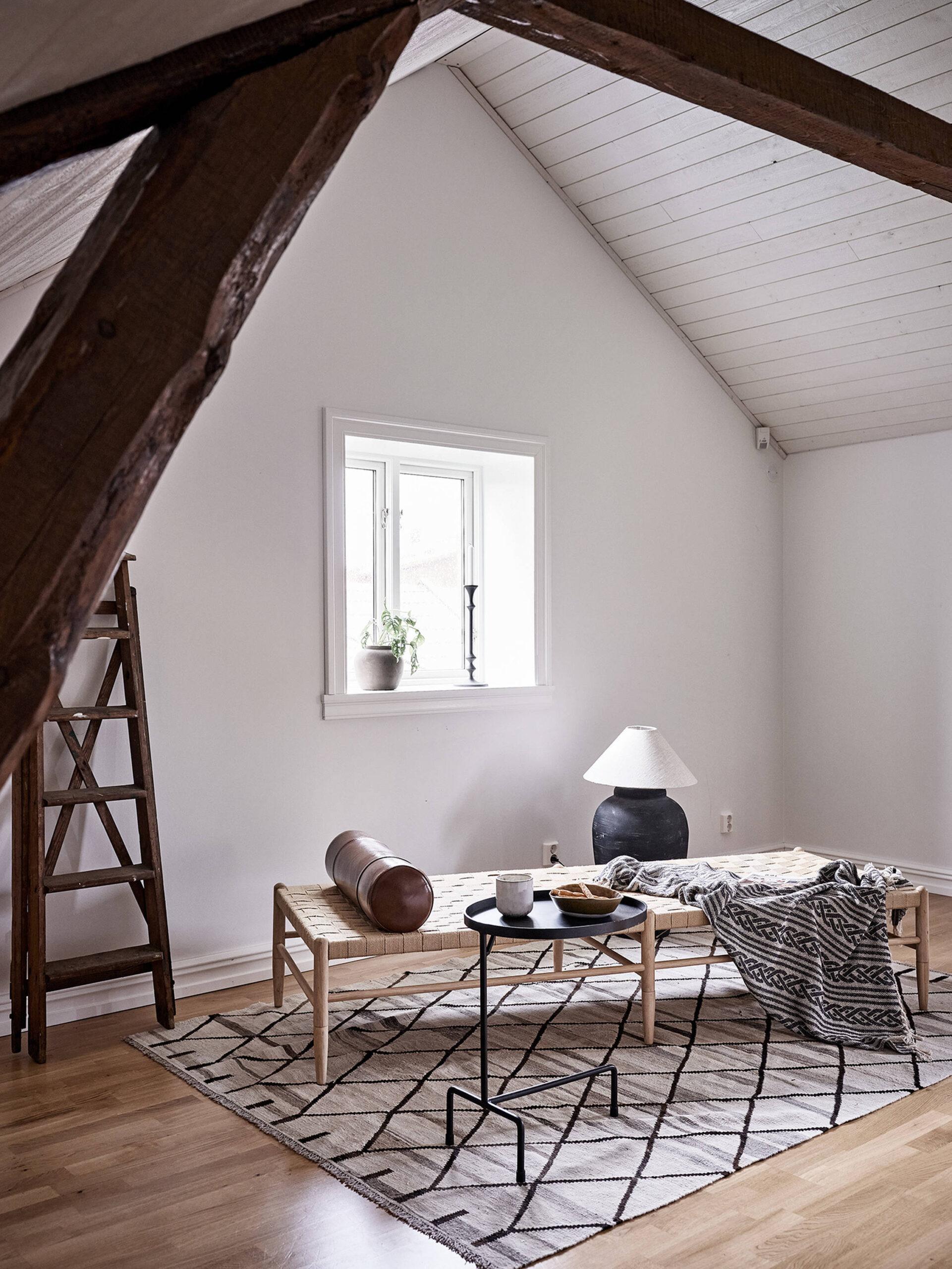 Tavan înclinat și decor rusti scandinav într o casă din Suedia 22