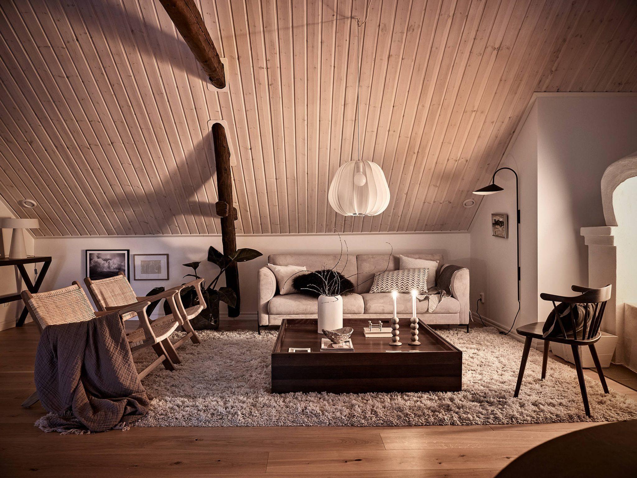 Tavan înclinat și decor rusti scandinav într o casă din Suedia 3