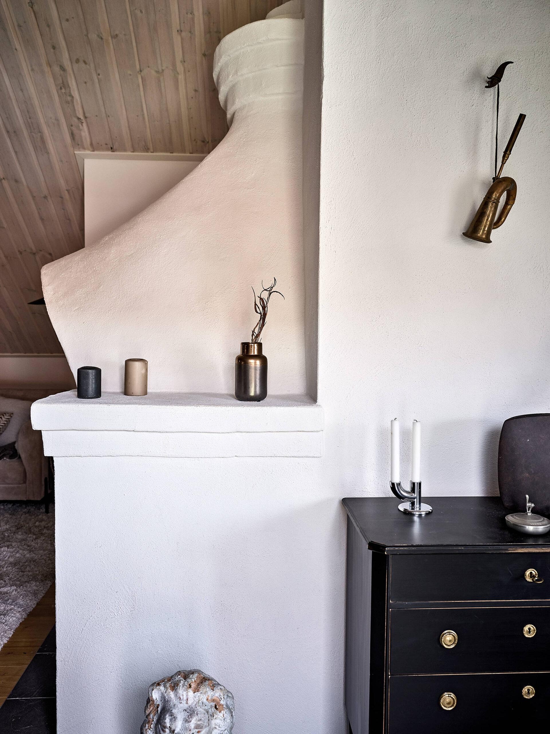 Tavan înclinat și decor rusti scandinav într o casă din Suedia 4