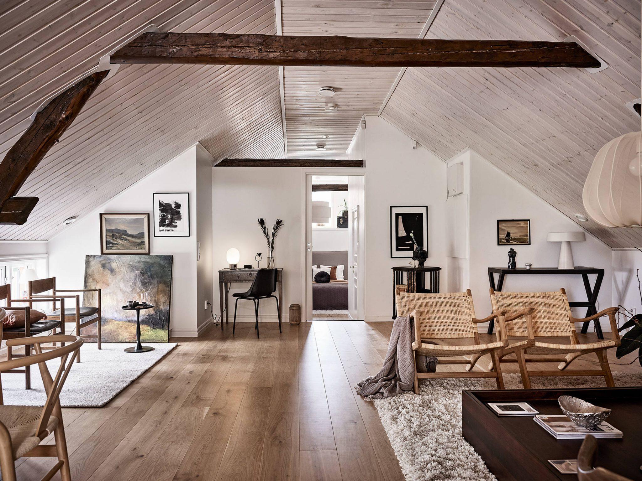 Tavan înclinat și decor rusti scandinav într o casă din Suedia 5