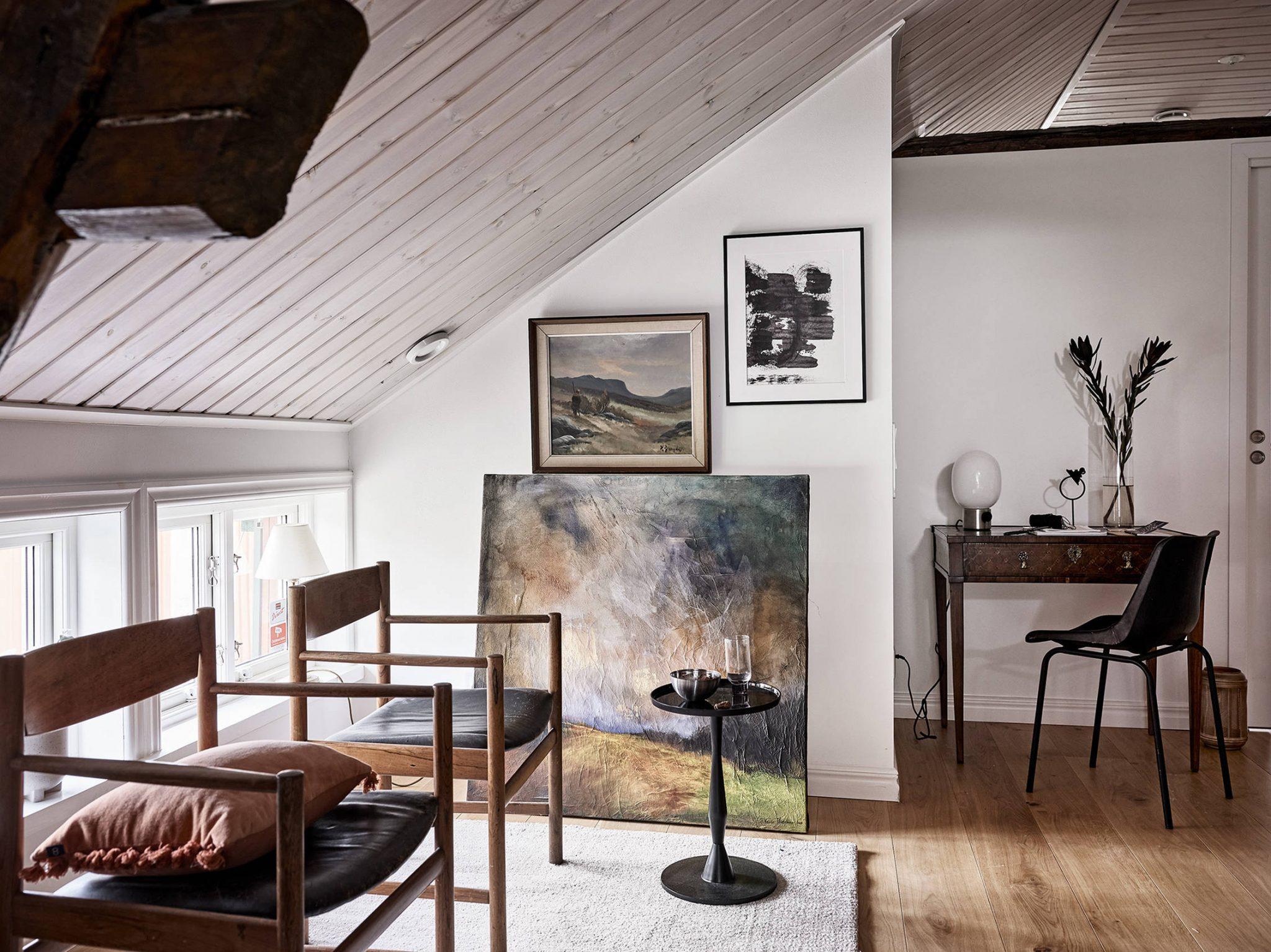 Tavan înclinat și decor rusti scandinav într o casă din Suedia 6