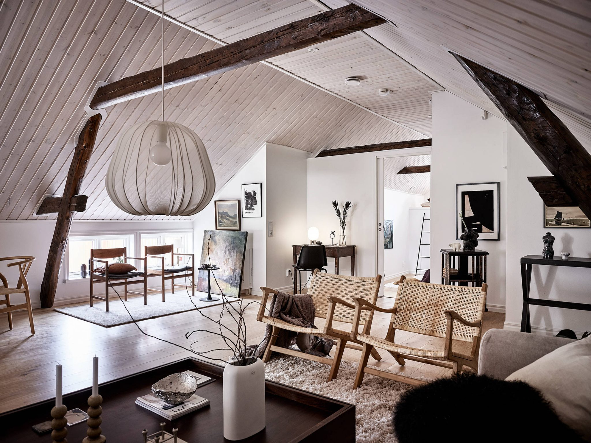 Tavan înclinat și decor rusti scandinav într o casă din Suedia 7