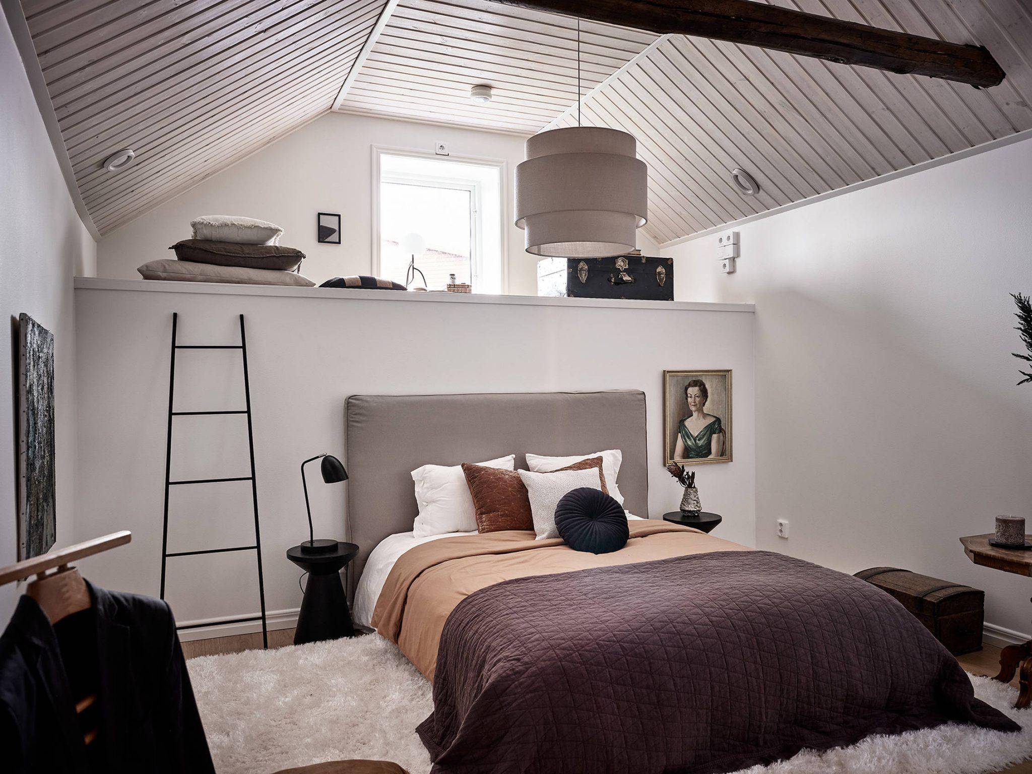 Tavan înclinat și decor rusti scandinav într o casă din Suedia 8