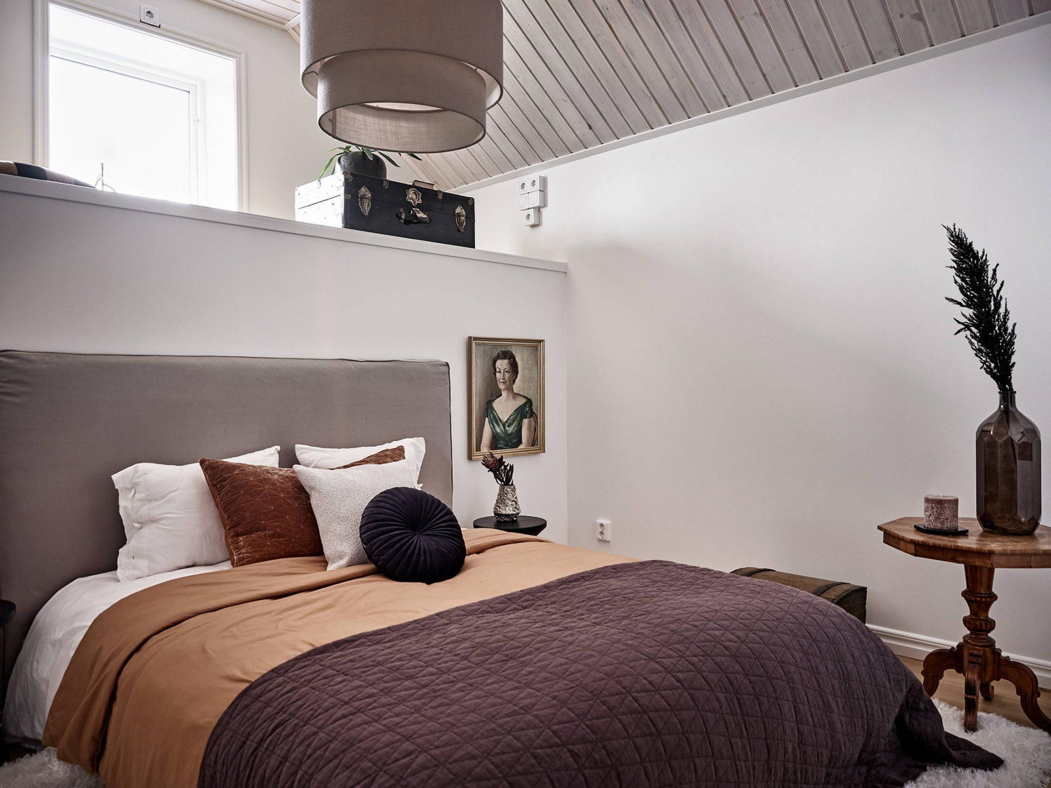 Tavan înclinat și decor rusti scandinav într o casă din Suedia 9