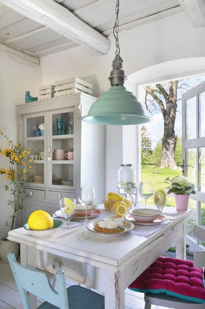 Podele și grinzi de lemn vopsite în alb într-o casă la țară plină de personalitate