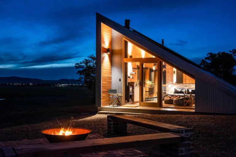 Casă triunghiulară, de 40 m², cu panouri solare, în Australia