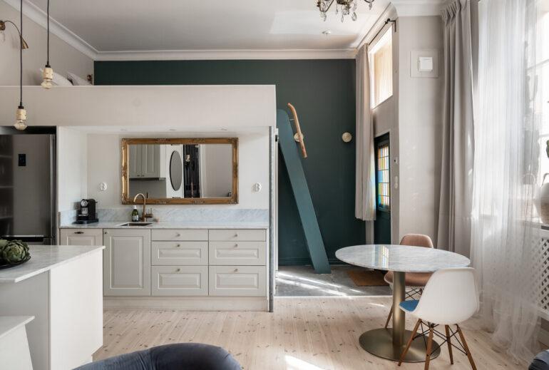 Dormitor deasupra bucătăriei într-o garsonieră, cu detalii vintage, de 42 m²