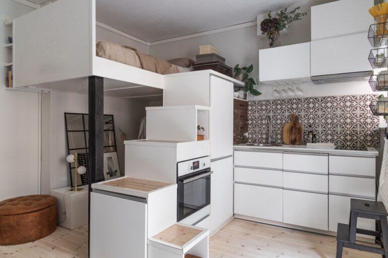 Scară din dulapurile de bucătărie și dormitor suspendat într-o garsonieră de 24 m²